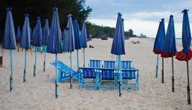 Groep houten ligstoel en paraplu op het strand Royalty-vrije Stock Foto