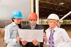 Groep ingenieurs bij bouwwerf Stock Afbeeldingen