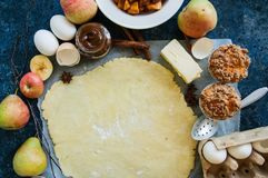 Groep ingrediënten voor baksel, ruw deeg voor pastei, kruiden, appl Stock Afbeeldingen