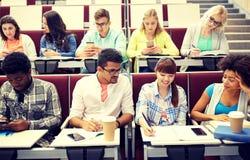 Groep internationale studenten bij lezing stock fotografie