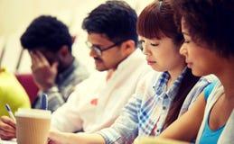 Groep internationale studenten die bij lezing schrijven royalty-vrije stock afbeelding