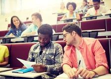 Groep internationale studenten in lezingszaal royalty-vrije stock afbeeldingen