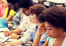 Groep internationale studenten op lezing stock fotografie