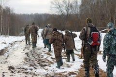 Groep jagers die op het gebied lopen Royalty-vrije Stock Fotografie
