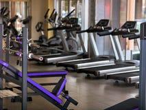 Groep joggingtredmolen bij sportgymnastiek royalty-vrije stock foto