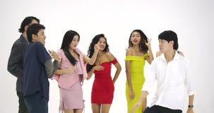 Groep jonge Aziatische mensen die pret hebben die als gek bij witte achtergrond dansen Mensen met partij, viering, plezier stock video