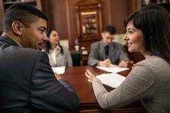 Groep jonge bedrijfsmensen of advocaten - vergadering in een bureau stock fotografie