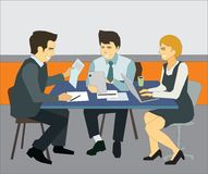 Groep jonge bedrijfsmensen die en in modern bureau samenwerken communiceren stock illustratie