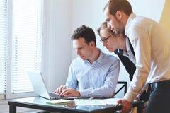 Groep jonge bedrijfsmensen die laptop, mbastudenten bekijken stock afbeeldingen
