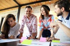 Groep jonge bedrijfsmensen en ontwerpers Zij die aan nieuw project werken Startconcept stock afbeelding