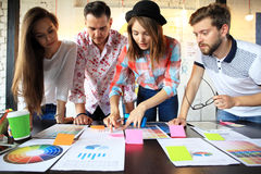 Groep jonge bedrijfsmensen en ontwerpers Zij die aan nieuw project werken Startconcept stock fotografie
