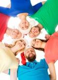 Groep jonge en gelukkige tieners in Kerstmishoeden Stock Afbeeldingen