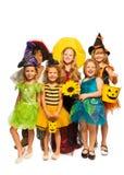 Groep jonge geitjes in Halloween-kostuums stock foto's