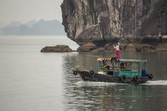 Groep jonge geitjes op de boot, Halong, Vietnam Stock Foto's