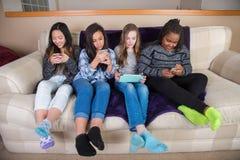 Groep jonge geitjes op hun mobiel apparaat Royalty-vrije Stock Fotografie