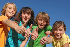 Groep jonge geitjestweens met omhoog duimen Stock Foto