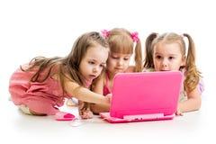 Groep jonge geitjesvrienden bij laptop Stock Afbeelding