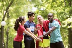 Groep jonge geschikte vrienden gelukkig na het beëindigen van race stock foto's