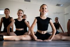 Groep jonge meisjes die en moderne balletdans uitoefenen uitoefenen stock afbeeldingen
