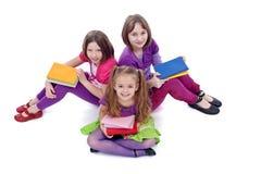 Groep jonge meisjes die voor school voorbereidingen treffen stock foto's