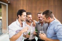 Groep jonge mensen die dranken hebben royalty-vrije stock foto