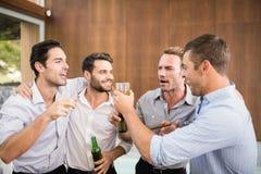 Groep jonge mensen die dranken hebben royalty-vrije stock afbeelding