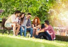 Groep jonge mensen die pret hebben in openlucht stock fotografie