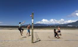 Groep Jonge Mensen die Volleyball op de Uitrustingenstrand van Vancouver spelen royalty-vrije stock foto