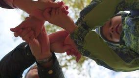 Groep jonge plaats hun handen samen in het centrum van een cirkel stock video