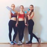 Groep jonge sportieve meisjes in gymnastiek Meisjes die na geschiktheidstraining rusten Fitness, sport, gezonde voeding en levens royalty-vrije stock foto