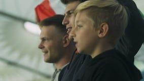 Groep jonge voetbalventilators die Italiaanse vlag golven en ondersteunend nationaal team stock footage
