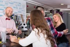 Groep jonge volwassenen in bar Stock Fotografie