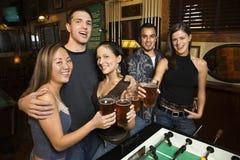 Groep jonge volwassenen bij staaf. Stock Fotografie