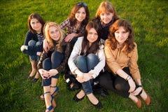 Groep jonge vrienden Stock Foto's