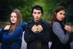 Groep jonge vrienden die macht tonen royalty-vrije stock afbeeldingen