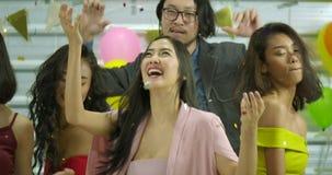 Groep jonge vrienden die samen bij een partij, Mensen met partij, viering, plezier en nieuw jaarconcept dansen stock footage