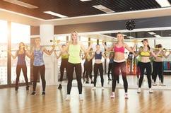 Groep jonge vrouwen in de geschiktheidsklasse Stock Afbeelding