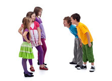 Groep jongens en meisjes die elkaar bespotten Royalty-vrije Stock Foto's
