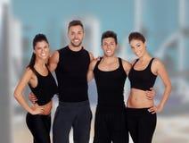 Groep jongeren in de gymnastiek Royalty-vrije Stock Foto
