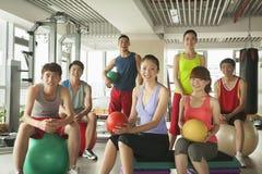 Groep jongeren in de gymnastiek, portret stock foto