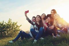 Groep jongeren die een selfie in openlucht nemen royalty-vrije stock afbeeldingen