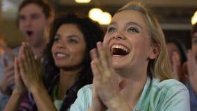 Groep jongeren die handen op muziekoverleg slaan in bar, favoriete band stock video