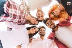 Groep jongeren die zich in een cirkel bevinden, in openlucht stock fotografie