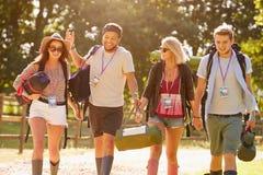 Groep Jongeren Gaan die bij Muziekfestival kamperen Stock Afbeelding