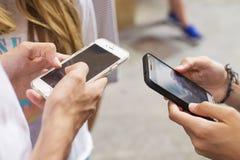 Groep jongeren met mobiele telefoons royalty-vrije stock foto