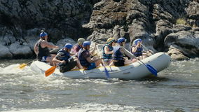 Groep jongeren op whitewater rafting boot stock video