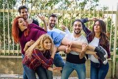 Groep jongeren samen in openlucht op stedelijke achtergrond royalty-vrije stock afbeeldingen