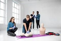 Groep jongeren tijdens de eerste hulp opleiding stock foto's