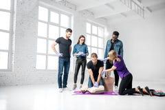 Groep jongeren tijdens de eerste hulp opleiding stock fotografie