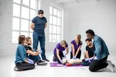 Groep jongeren tijdens de medische eerste hulpcursussen binnen stock afbeeldingen